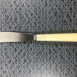 Smörkniv med benvitt handtag i bakelit