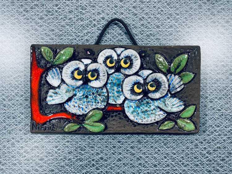 Keramiktavla, 3st ugglor på röd gren - Ninnie Forsgren