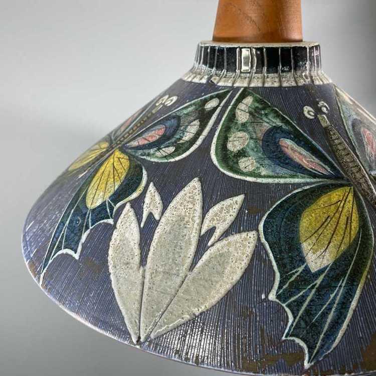 Taklampa keramik och teak Tilgmans Keramik närbild tulpanmönster