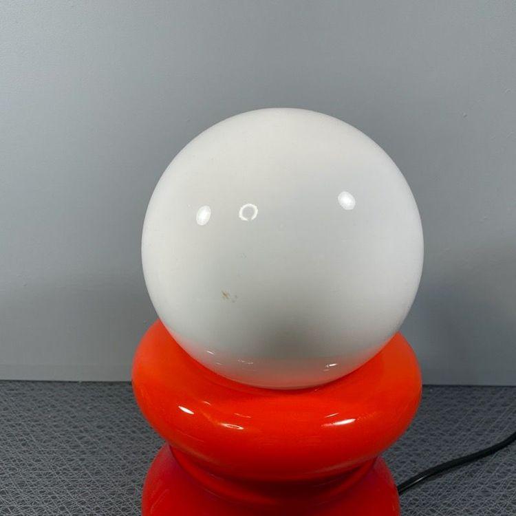 Bordslampa, 70-tal rött och vitt glas närbild klot