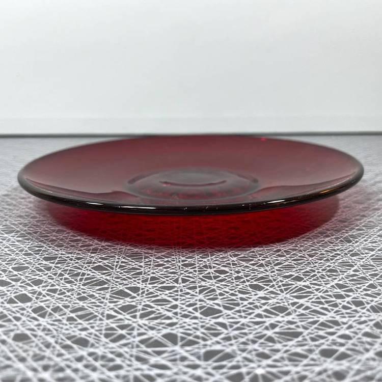 Röda äldre glastallrikar/ assietter