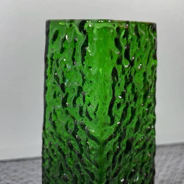 Grön glasvas, med relief