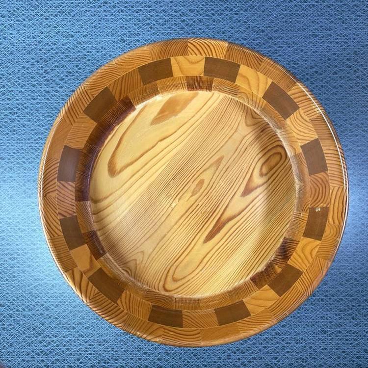 Träskål på fot med intarsia