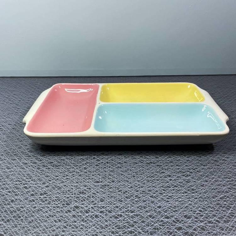 Skålfat med tre skålar i olika färger - märkt 4838
