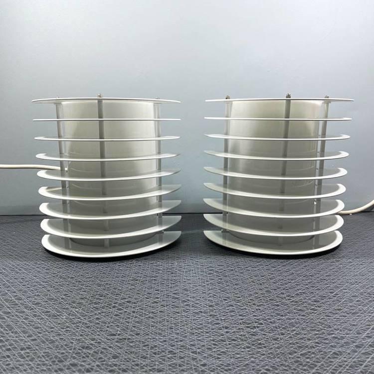 Två vita vägglampor för utomhusbruk i metall av Borens