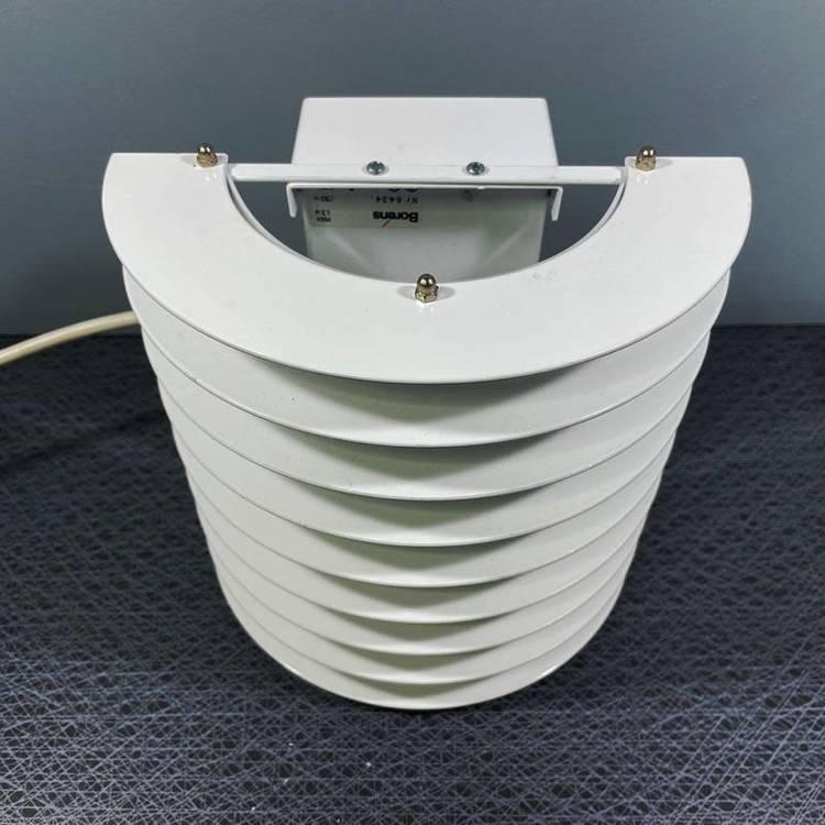 En vit vägglampa för utomhusbruk i metall av Borens perspektiv