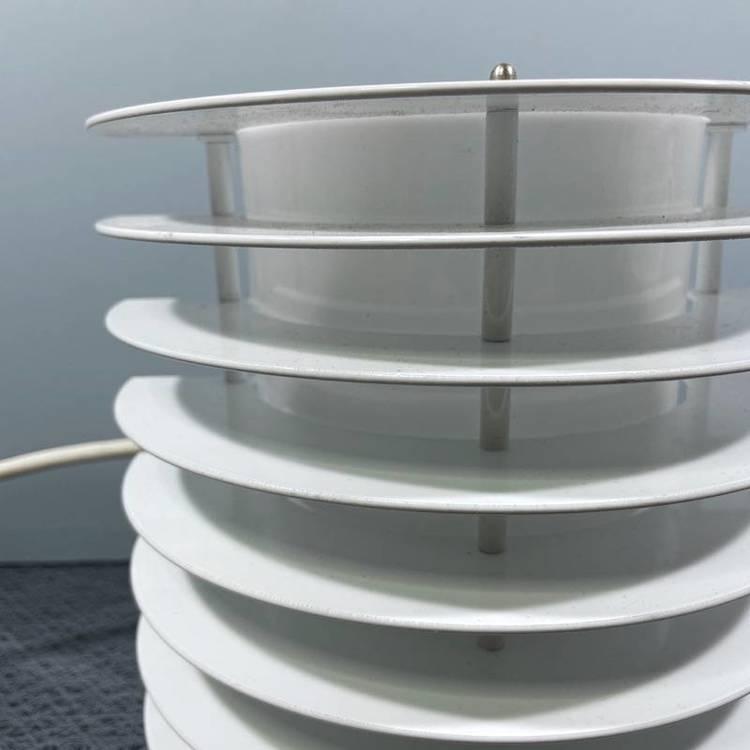 En vit vägglampa för utomhusbruk i metall av Borens närbild