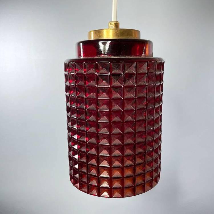 Våffellampa röd glas Reijmyre släckt