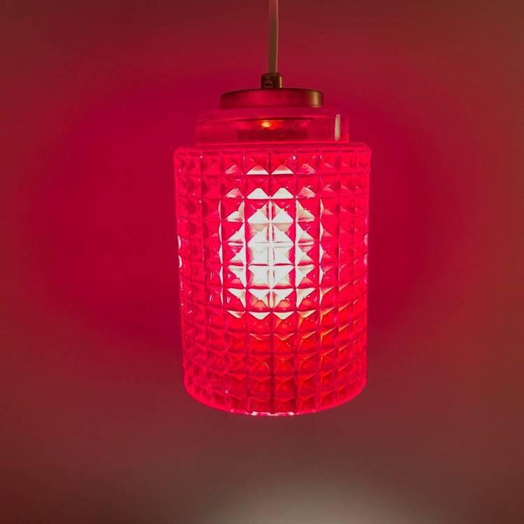 Våffellampa röd glas Reijmyre tänd med rött sken