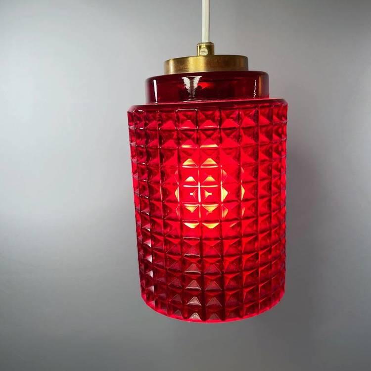 Våffellampa röd glas Reijmyre tänd