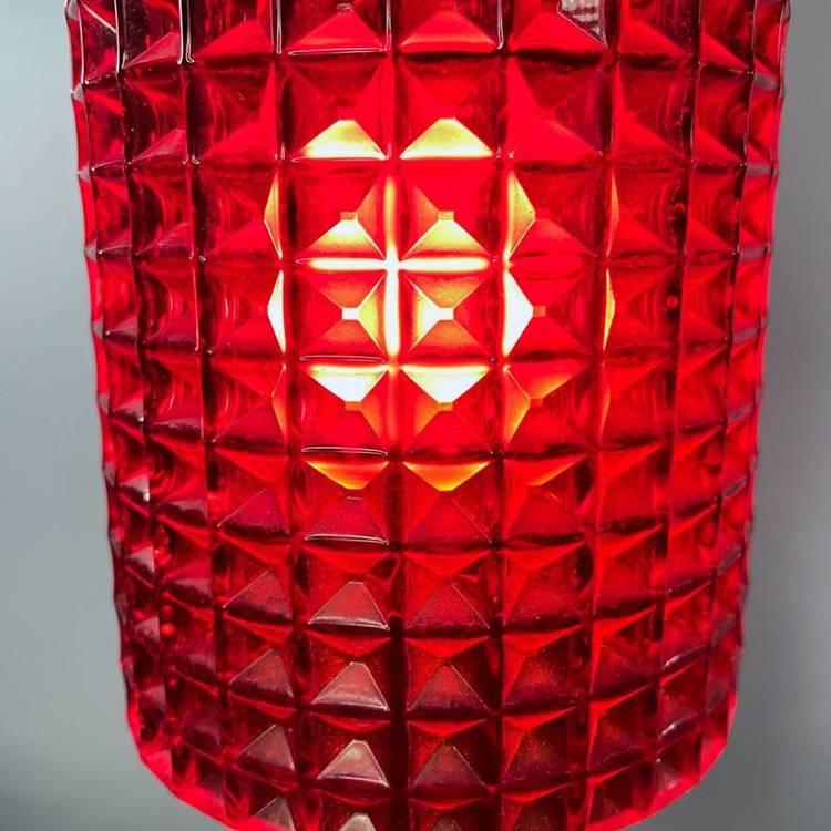 Våffellampa röd glas Reijmyre närbild våffelmönster