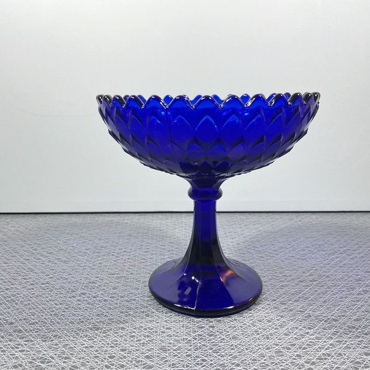 Skål på fot i blått glas