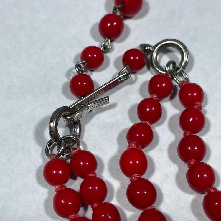 Vintage halsband, röda glaskulor närbild lås