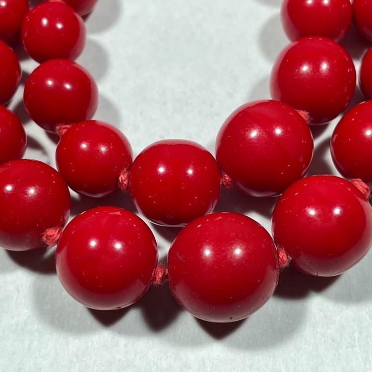 Vintage halsband, röda glaskulor närbild stenar