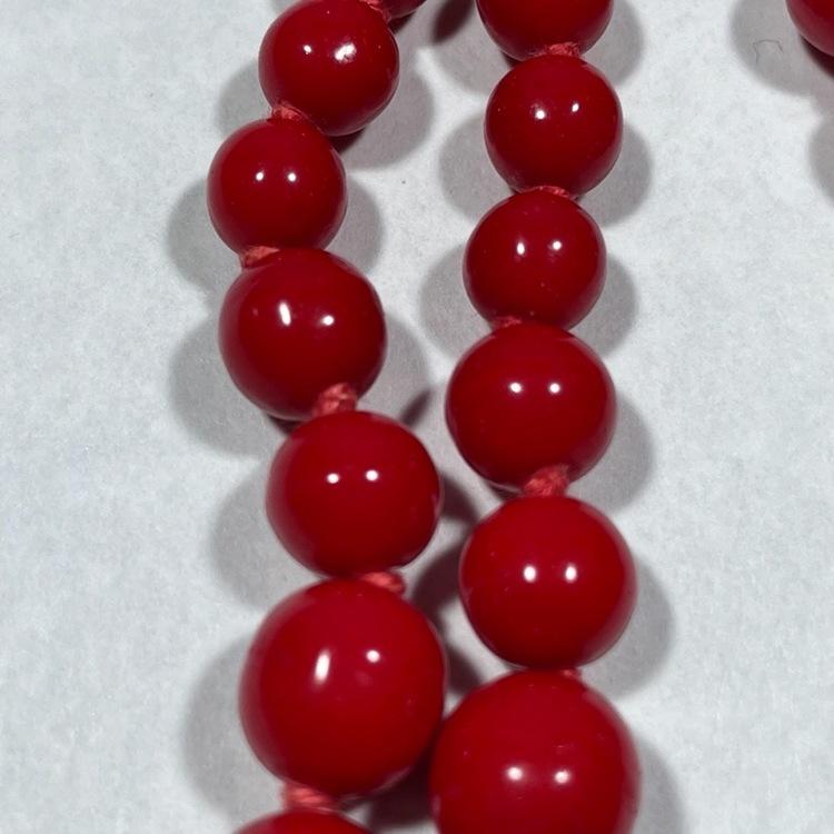 Vintage halsband, röda glaskulor närbild