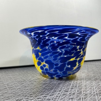 Glasskål blå/gul - Ulrica Hydman-Vallien, signerad