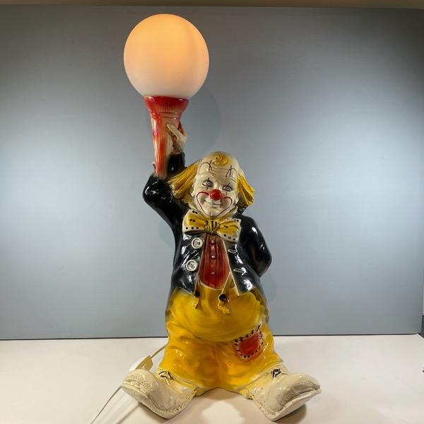 Bordslampa av Clown som håller i en lampa framifrån