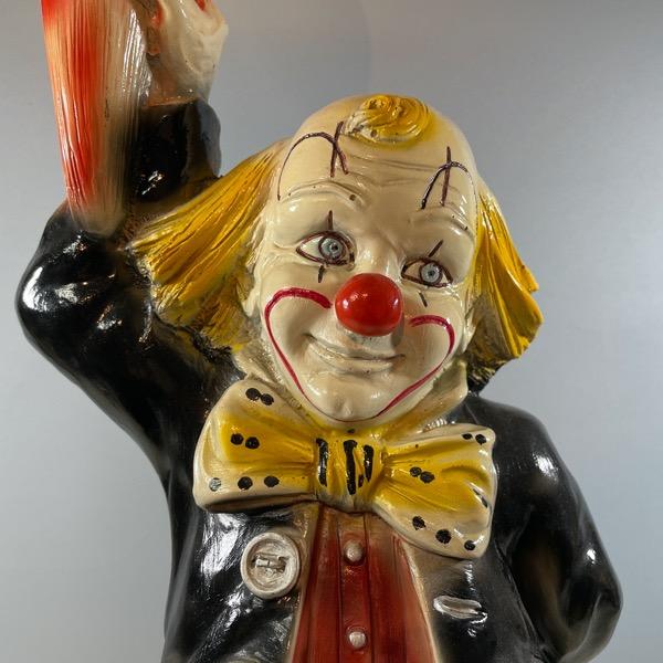 Bordslampa av Clown som håller i en lampa närbild clownansikte