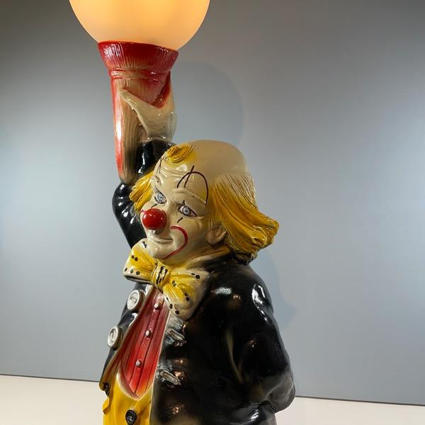 Bordslampa av Clown som håller i en lampa sidan