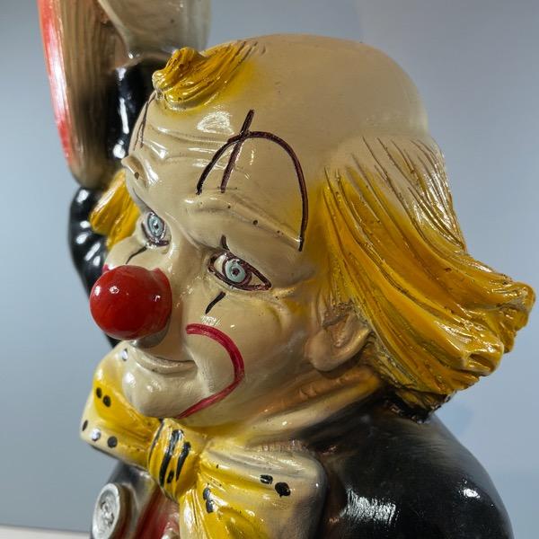 Bordslampa av Clown som håller i en lampa clownansikte perspektiv