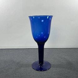Stora handblåsta blå vinglas