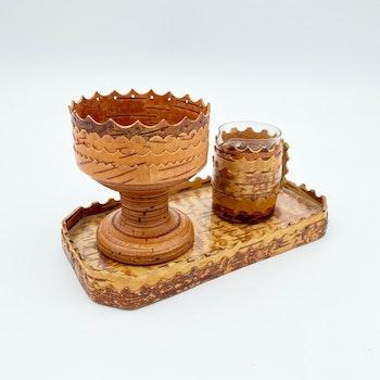 Bricka, sockerskål och gräddkanna i näver och glas