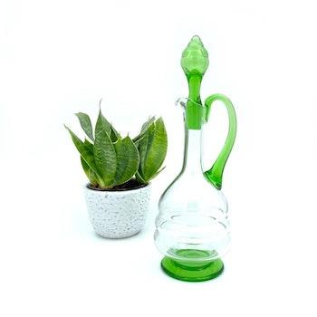 Glaskaraff med gröna glasdetaljer