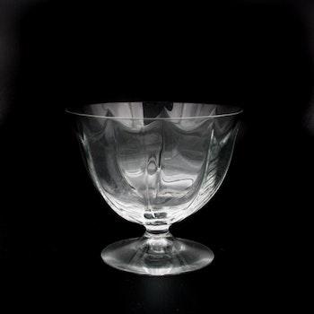 Äldre glasskål på fot