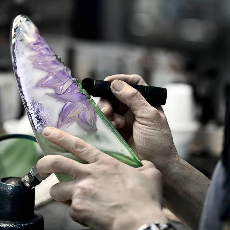 Målning av alster på Målerås Glasbruk