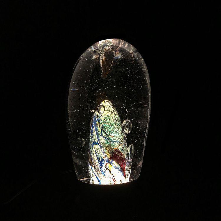 Exempelbild på hur det kan se ut med en ljussockel till en glasskulptur.