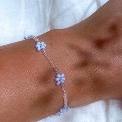 Armbånd med blå blomster