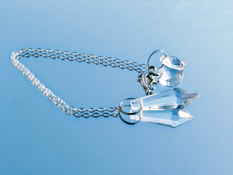 Pendel i kristall med delfin