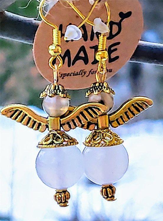 Ängel örhängen med vit jade, ljusbeige agat och vingar i mässing