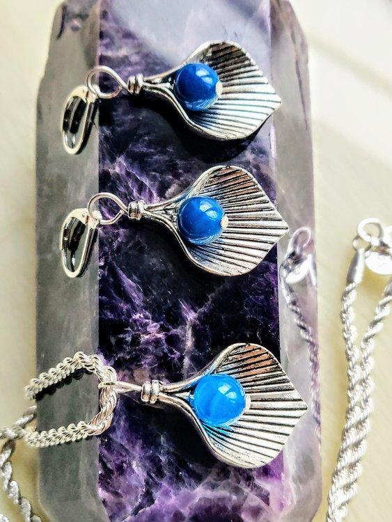 Halsband löv med blå bandagat