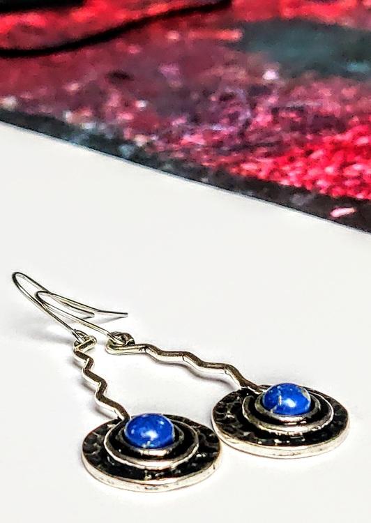 Örhängen i bronsålderstil med lapis lazuli stenar