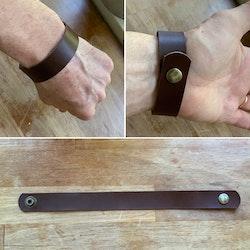 Tufft läderarmband med tryckknapp