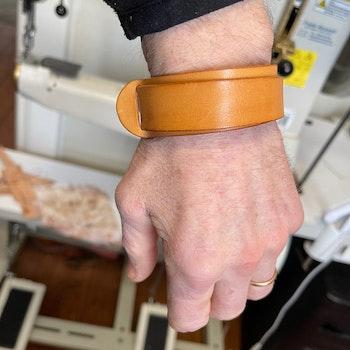 Dubbelt läderarmband med mässingsknopp
