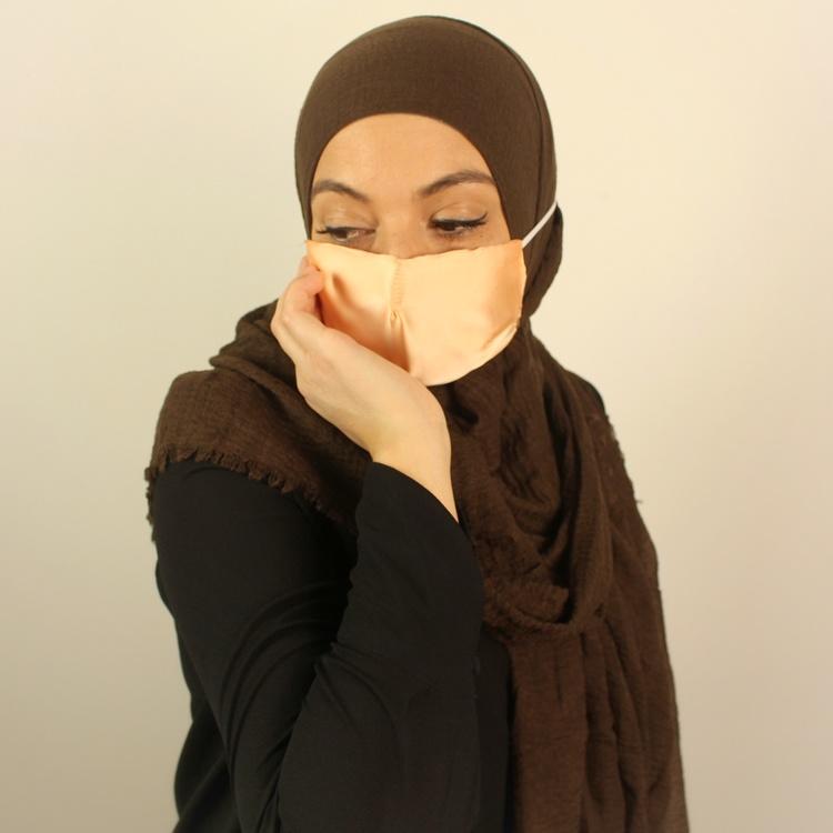 sjalvänligt munskydd som passar dig som bär hijab. Detta sjalvänliga munskydd är i färgen aprikos och av 100% silke