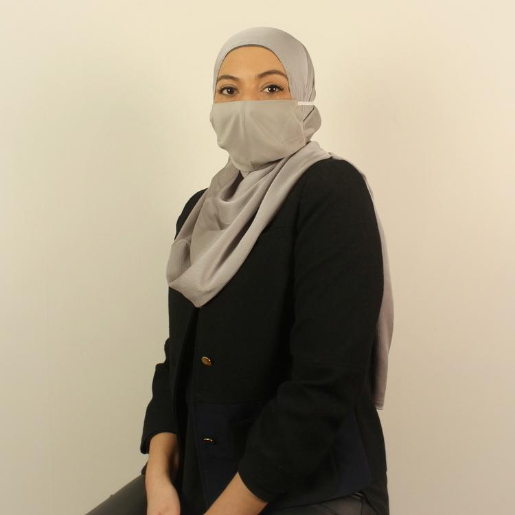 anpassat sjalvänligt munskydd för dig som bär hijab. Utformat i allergivänligt material av 100% silke.