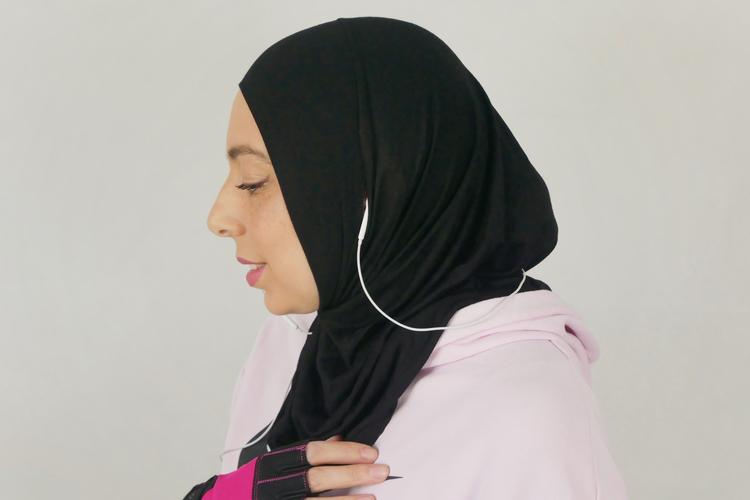 Svart sport hijab i Jersey tyg som är i 100% bomull.