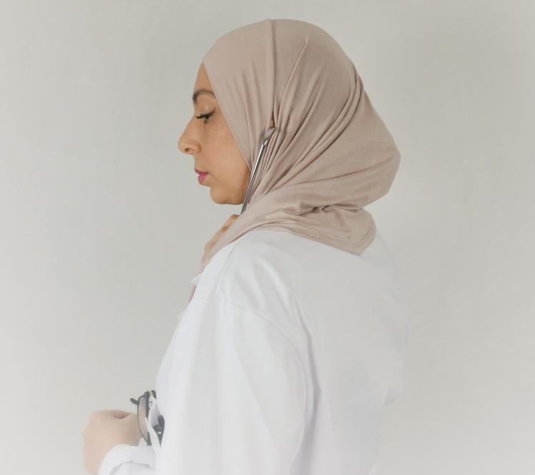 Denna sport hijab  har dold öppning vid örat för att du smidigt ska kunna bära hörlurar eller annan utrustning utan problem. Denna sport hijab lämpar sig för anställda inom vården