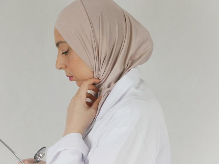 Denna sport hijab i Jersey tyg passar dig som är ute efter en bekväm hijab i skönt material. Denna hijab är i färgen nude/blush åt det rosa hållet