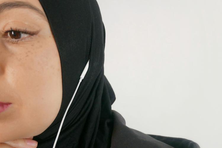 Du döljer öppningen enkelt genom att vika fram tyget. Sport Hijab som är anpassad för gymmet och karriären. Passar utmärkt för anställda inom vården