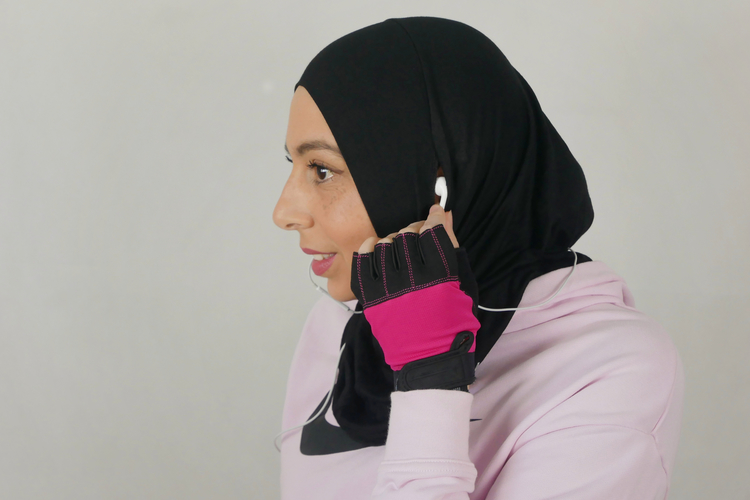 Svart sport hijab med gömd öppning vid örat för att du ska kunna ha hörlurar/earpods på ett smidigt och bekvämt sätt