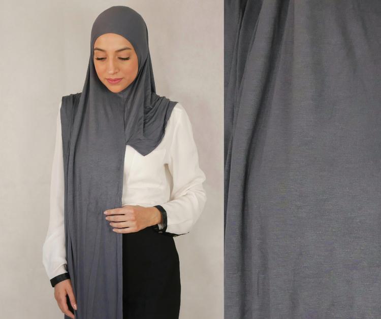 Instant Jersey med försydda sömmar under hakan. Denna Hijab är i Jersey tyg av 100% bomull. Denna Instant Jersey hijab är i färgen grå/grey