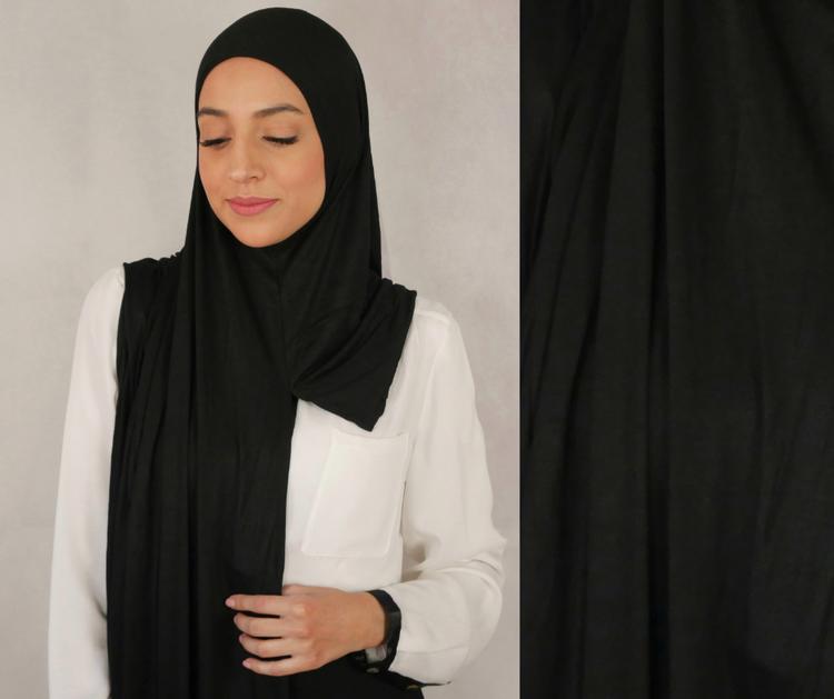 Instant Jersey med försydda sömmar under hakan. Denna Hijab är i Jersey tyg av 100% bomull. Denna Instant Jersey hijab är i färgen black/svart