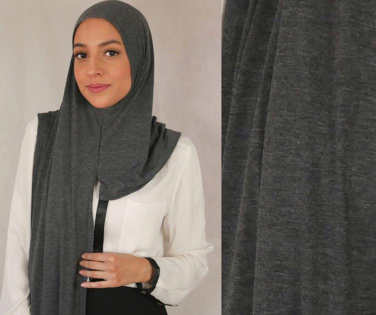 Instant Jersey med försydda sömmar under hakan. Denna Hijab är i Jersey tyg av 100% bomull. Denna Instant Jersey hijab är i färgen grus som är en grå skiftande nyans