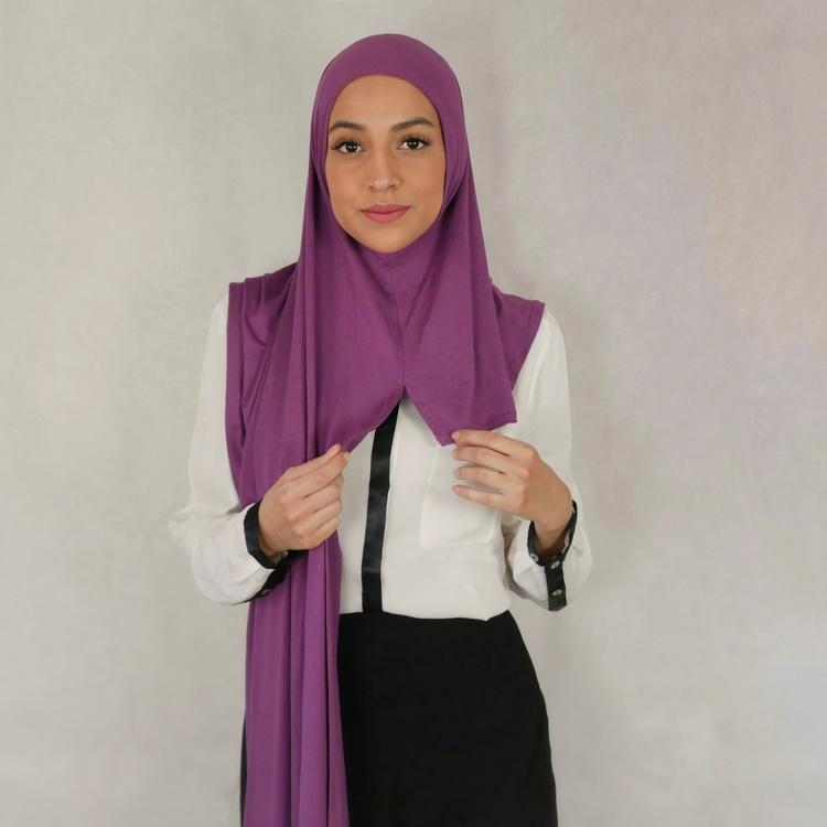 Instant Jersey med försydda sömmar under hakan. Denna Hijab är i Jersey tyg av 100% bomull. Denna Instant Jersey hijab är i färgen lila