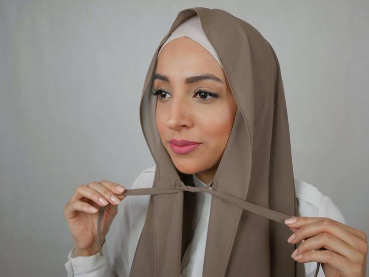 Hijab med knytband på båda ändarna. Du knyter ihop banden för att dölja halsen och hålla din hijab på plats. Denna hijab erbjuds i Premium tyg