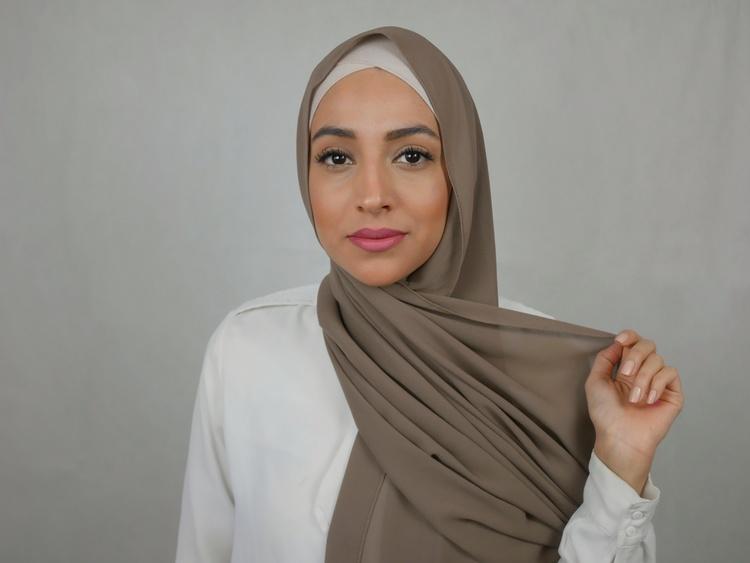 Styla din hijab så som du önskar. Du kan svepa runt ändan bakom axeln eller vrida den runt huvudet. Denna hijab med knytband är av Premium Chiffong i en brun nyans